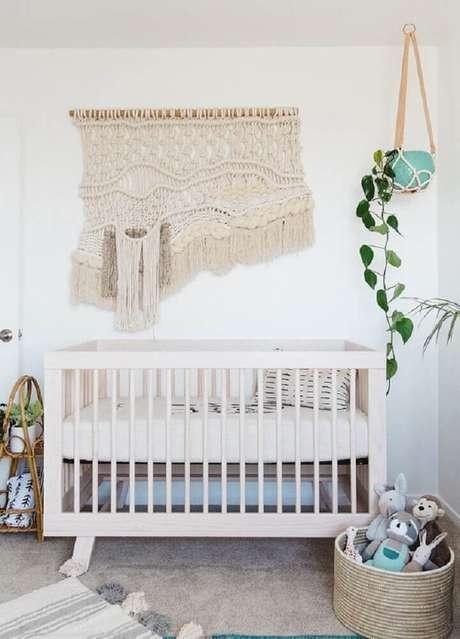 16. Decoração quarto de bebê feminino simples e barato com macramê na parede e vaso de planta ao lado do berço – Foto: 100layercakelet
