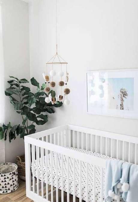 57. Decoração moderna e minimalista para quarto de bebê simples e barato com vasos de plantas, tons neutros e móbile sobre o berço – Foto: Home Decoo