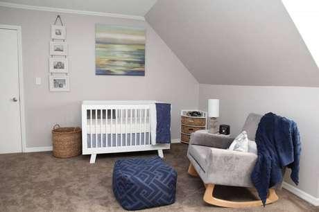 58. Decoração de quarto de bebê simples com berço branco, quadros na parede e poltrona de amamentação cinza – Foto: Plane Pretty