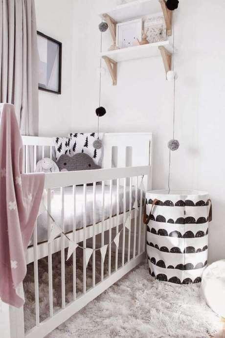 59. Quarto de bebê feminino simples e barato decorado com prateleiras brancas e varal de bandeirinhas ao lado do berço – Foto: Boho Deco Chic