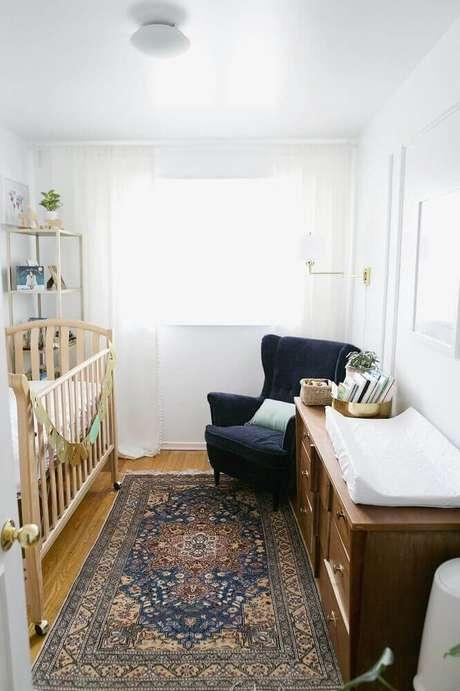 55. Quarto de bebê simples e pequeno decorado com berço e cômoda de madeira – Foto: Apartment Therapy