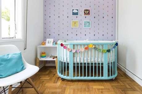 11. Decoração para quarto de bebê simples com berço azul e papel de parede de sorvetinho – Foto: Pinterest