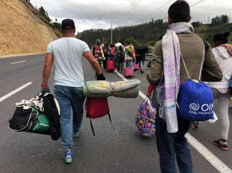 Venezuelanos passam por estrada equatoriana para chegar ao Peru  21/8/2018    REUTERS/Andres Rojas