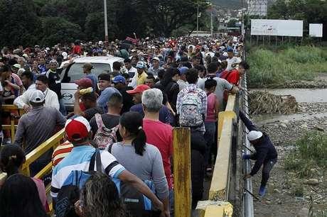 Fila de pessoas para atravessar fronteira da Venezuela com a Colômbia 03/08/2018 REUTERS/Carlos Eduardo Ramirez