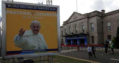 Painel com foto do papa em Dublin  24/8/2018    REUTERS/Gonzalo Fuentes