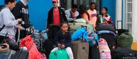 Imigrantes venezuelanos na cidade de Tumbes, no Peru, perto da fronteira com o Equador