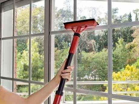 3. Caso tenha um rodo dupla face, pode também utilizá-lo nesta técnica de como limpar vidros