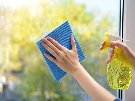 5. Tenha atenção à validade dessa receita de como limpar vidraças e vidros
