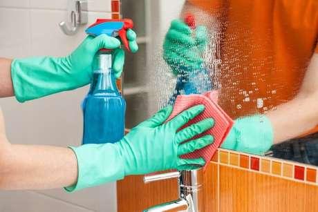 11. Parte de aprender como limpar vidros é saber também o que é bom para limpar espelho