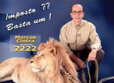 Marcos Cintra posa com um leão em sua vinheta no horário eleitoral de 1998, quando elegeu-se deputado federal pelo antigo PL