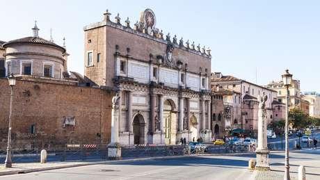 Cristina entrou em Roma pelo Portão do Povo, sobre um cavalo branco, vestida modestamente de cinza