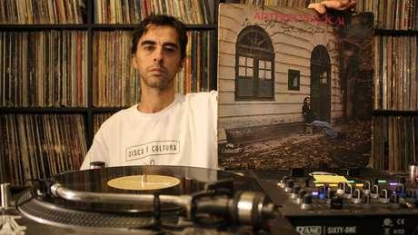 DJ Nuts segura álbum 'Arthur Verocai', que virou 'moda' décadas após seu lançamento em 1973; 'Perceberam que, além de ser um discaço, ele era raro'
