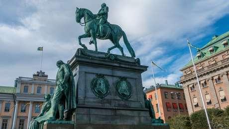 Cristina era filha do poderoso rei Gustavo Adolfo, retratado acima em estátua em Estocolmo
