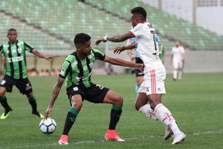 Disputa de bola em América-MG x Flamengo