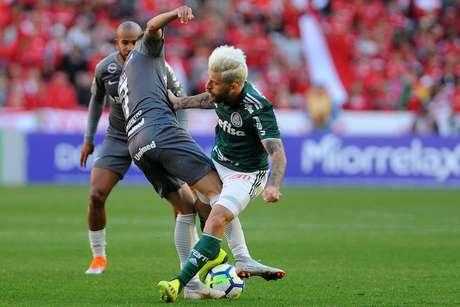 Nico López disputa a bola com Lucas Lima