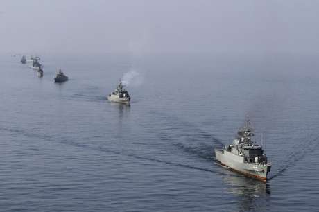 Navios iranianos participam de parada no mar de Omã, perto do Estreito de Hormuz 03/01/2012 REUTERS/Jamejamonline/Ebrahim Norouzi