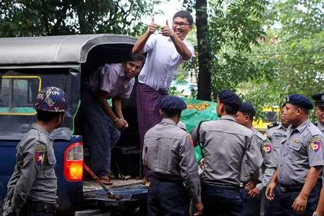 Jornalistas da Reuters presos em Mianmar Wa Lone e Kyaw Soe Oo chegam a tribunal de Yangon 27/08/2018 REUTERS/Myo Kyaw Soe