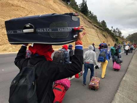 Venezuelanos caminham por estrada 21/08/2018 REUTERS/Andres Rojas