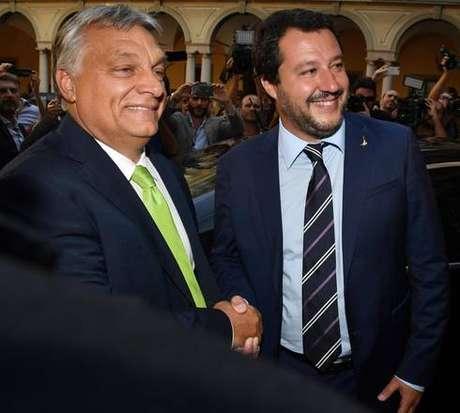Viktor Orbán cumprimenta Matteo Salvini em Milão