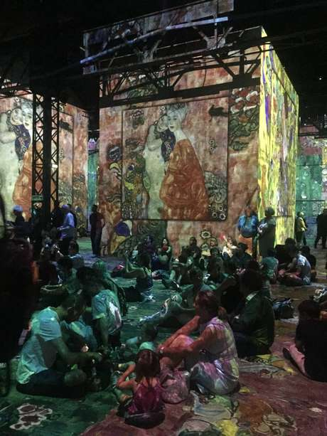 No Atelier des Lumières, vídeos são projetados do chão ao teto, em paredes de 10 metros de altura, numa área de 3.300 metros quadrados.
