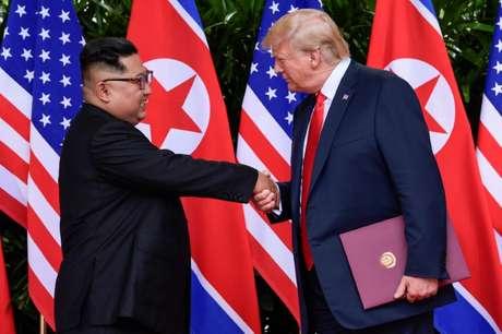 Presidente dos EUA, Donald Trump, e líder da Coreia do Norte, Kim Jong Un, durante cúpula em Cingapura