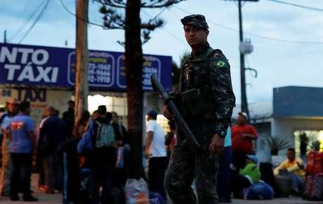 Soldado perto de controle de fronteira em Pacaraima   19/8/2018      REUTERS/Nacho Doce