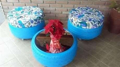 27. Puffs de pneus azuis com mesa de centro de pneu também azul. Foto de Hair Style Galleries