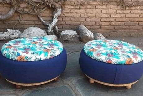 41. Puffs de pneus azuis com tampos coloridos. Foto de Pinterest