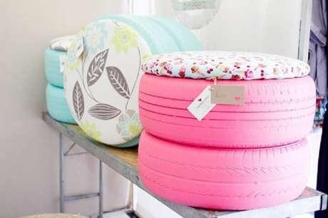 64. Puffs de pneus azul e rosa