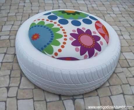 44. Puff branco com almofada de flor. Foto de Pinterest