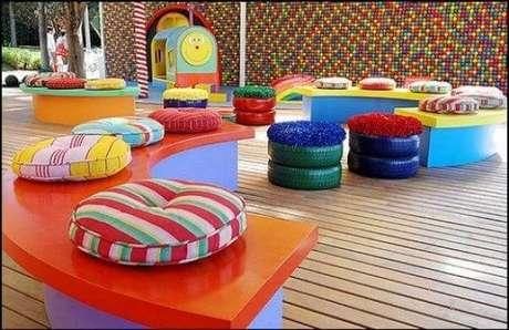 45. Puffs coloridos com almofadas de frufru. Foto de Pinterest