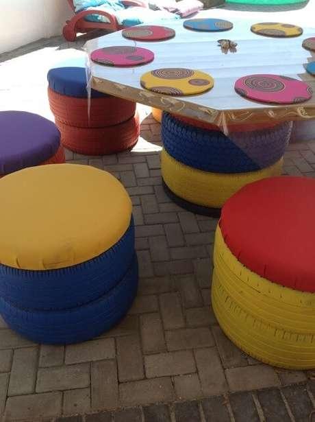 53. Puff de pneus com cores fortes. Foto de Pokhto Paz