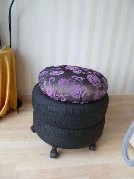 54. Puff de pneus empilhados com almofada alta com estampa escura. Foto de Prana Style