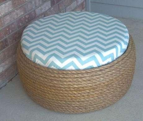 32. Puff de pneus com almofada de ziguezague azul e branco. Foto de Pinterest