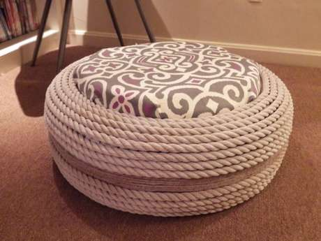 46. Puff de pneus com corda branca e almofada cinza estampada. Foto de Pinterest