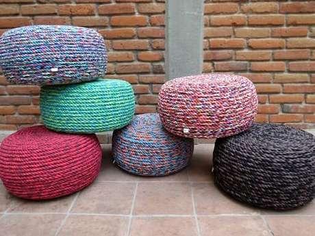 25. Puffs de pneus com cordas coloridas. Foto de Aki Es