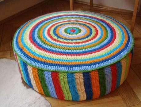 58. Puff grande de pneu com capa de crochê colorido. Foto de Rilaw Journal
