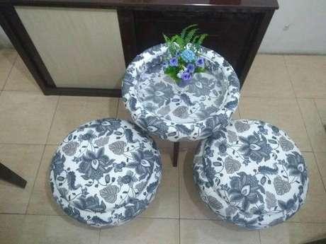 38. Puffs e mesa de pneu com estampa florida azul. Foto de OLX