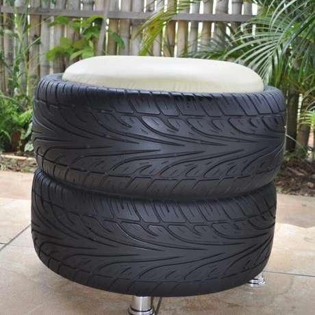 40. Puff de pneus empilhados com visual natural e almofada clara. Foto de Nova Ideia