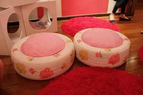 48. Puff pintado de branco com flores e almofada cor de rosa. Foto de Pinterest