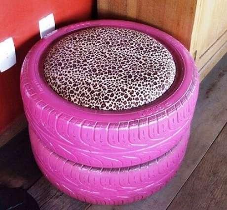 12. Puff de pneus rosa com almofada com animal print. Foto de Criatives