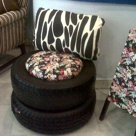 6. A almofada florida do puff de pneus combina com o outro móvel da sala. Foto de Muy Juarense