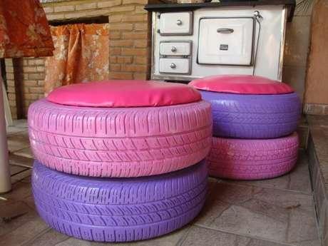 3. Para fazer um puff mais alto, você pode sobrepor mais de um pneu. Foto de Elo7