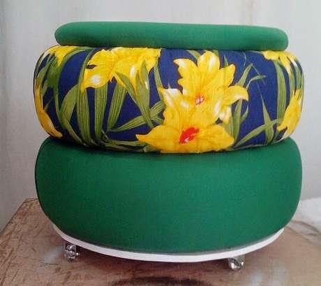 47. Puff de pneus com tecidos verde e florido. Foto de Pinterest