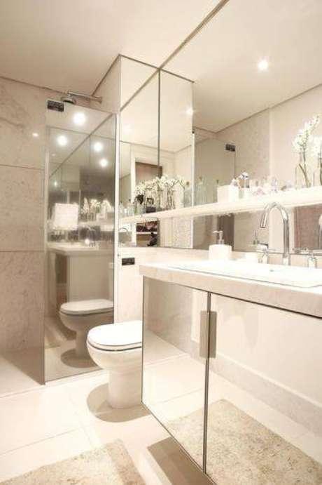 2. Banheiros modernos usam espelhos grandes e bases espelhadas