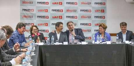 Fernando Haddad, vice de Lula, participa de reuniãocom reitoresem Belo Horizonte, Minas Gerais, comDilma Rousseff e o governador Fernando Pimentel.