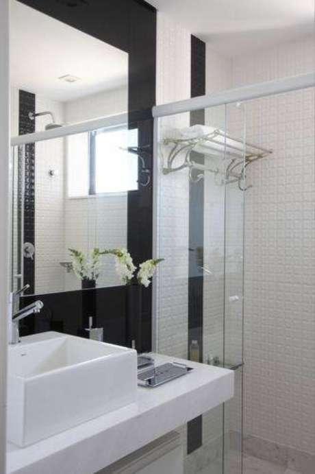 5. Revestimento de paredes diferentes são perfeitos para banheiros modernos