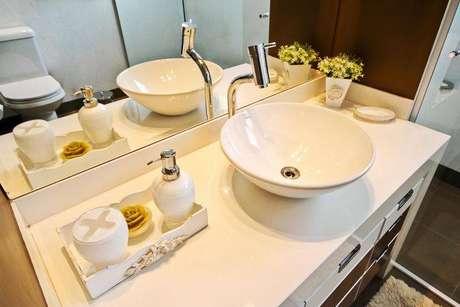 13. Cubas que ficam acima do gabinete são tendência para banheiros modernos