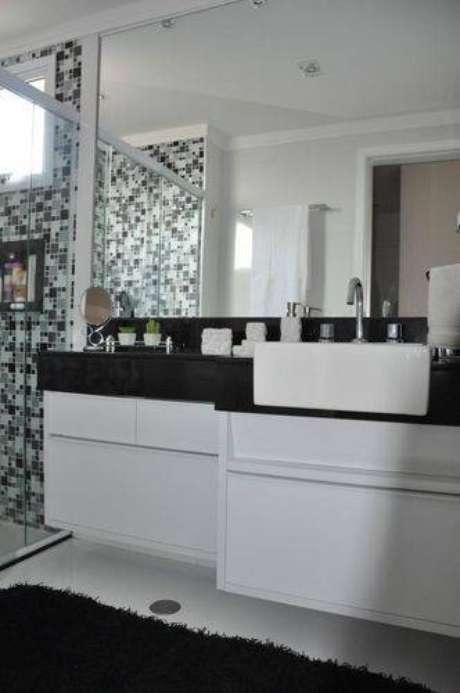 17. Invista em pastilhas para a decoração do box de banheiros modernos