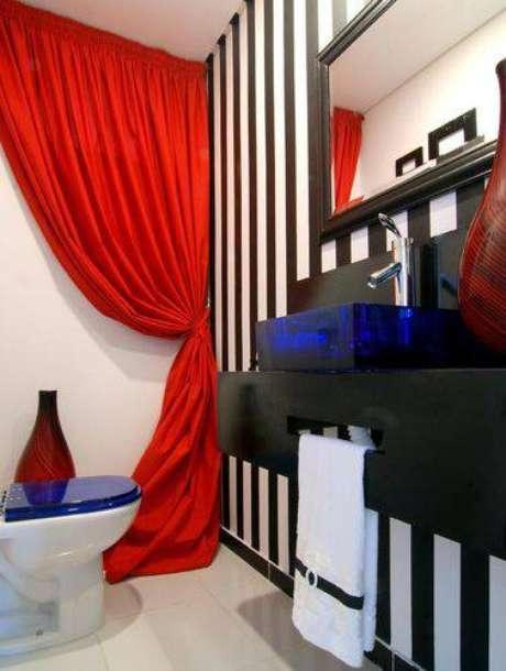 23. Você pode inovar com cores diversas e papel de parede em lavabos modernos